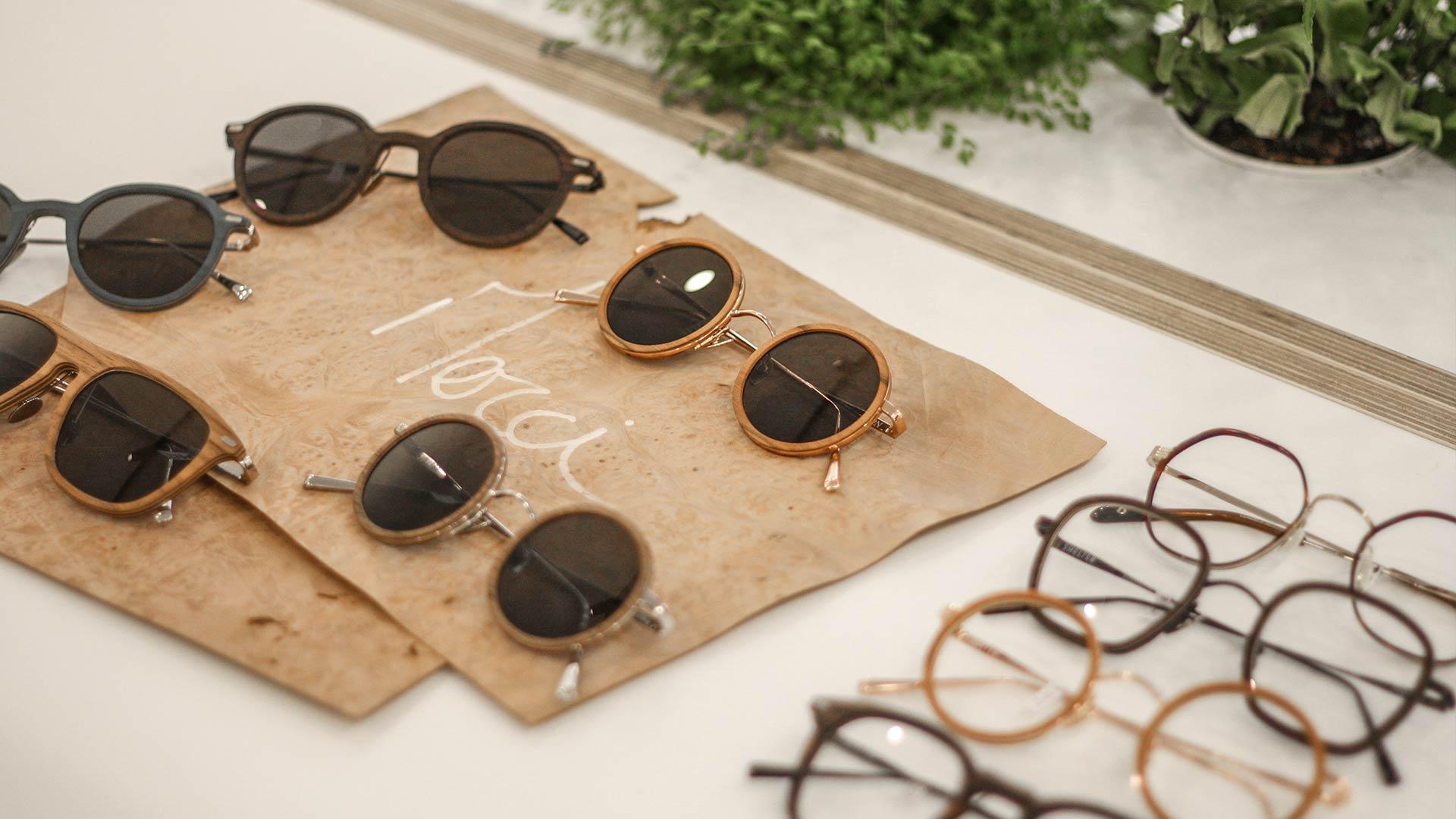 Table avec plusieurs paires de lunettes