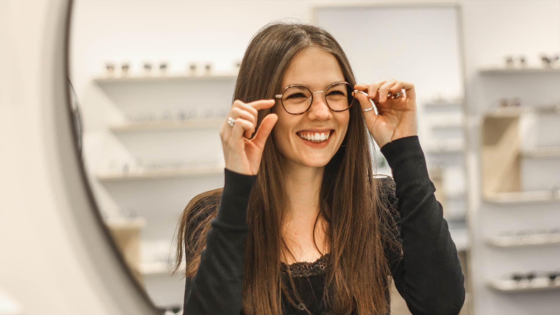Femme qui essaye une paire de lunettes