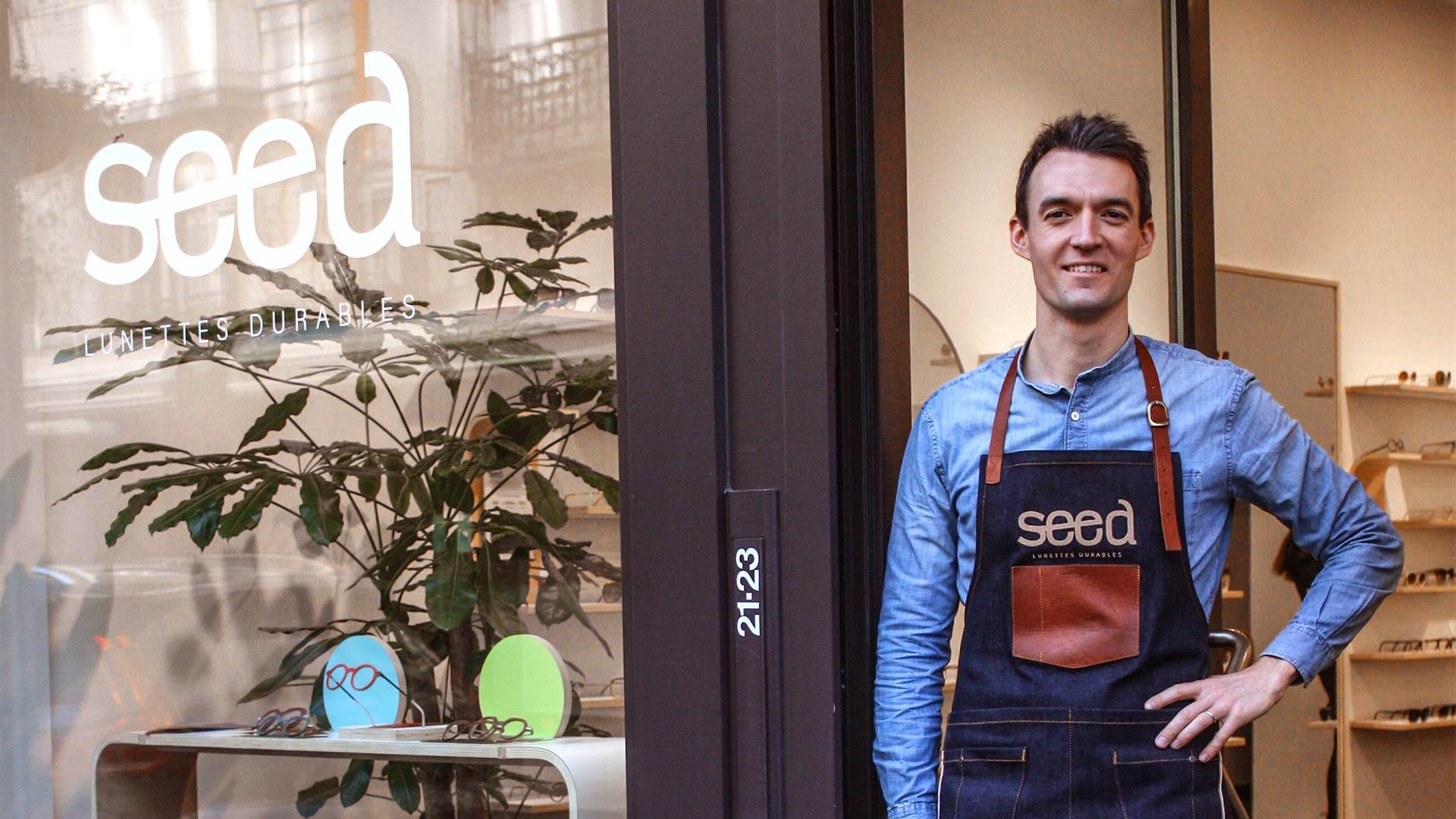 Laurent devant la vitrine de sa boutique seed