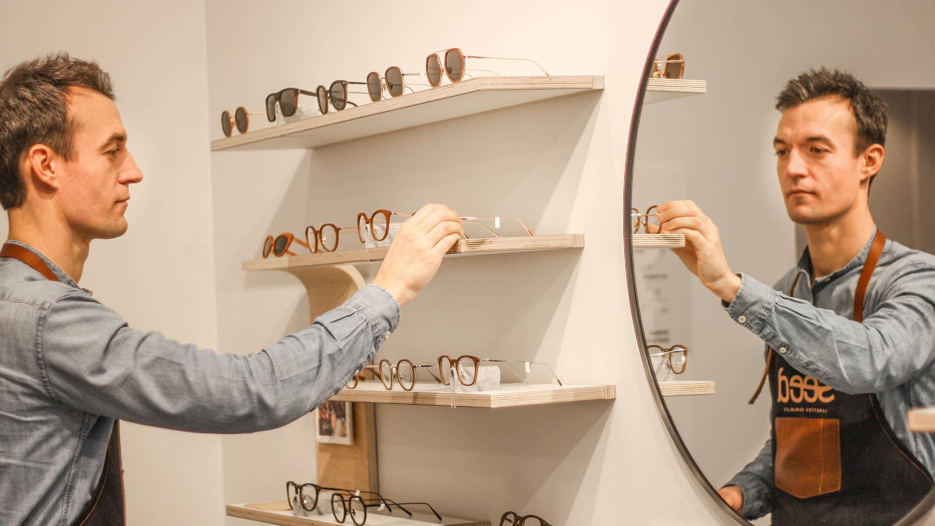 Laurent range les lunettes sur les étagères